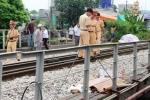 Clip: Đi bộ trên đường ray bị tàu hỏa đâm nguy kịch