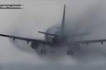 Video: Pha hạ cánh rợn người của máy bay trong mưa gió