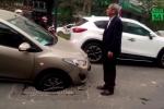 Video: Ô tô Mazda bị sập hố ga, 'mắc cạn' giữa phố
