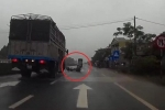 Xe tải nghiền nát xe máy, 2 người thoát chết thần kỳ