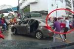 Clip: Bị chửi sau va chạm giao thông, người đi xe máy vác dao chém tài xế ô tô