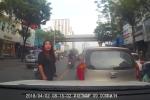 Clip: Nữ tài xế lùi ô tô đâm vào xe người khác còn hùng hổ xuống bắt đền