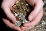 Doanh nhân Nga mang 7 bao tải tiền xu đi trả nợ tiền bảo hiểm