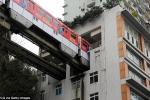 Cận cảnh tàu hỏa đi xuyên chung cư 19 tầng