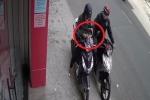 Clip: Ngồi cạy móng tay trên phố, cô gái vô tình lừa tên cướp 'vố đau'