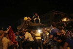 Dân Thổ Nhĩ Kỳ lôi quân đảo chính từ trong xe tăng ném xuống đường