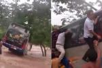 Video: Xe khách mắc kẹt giữa dòng lũ, hành khách trèo qua cửa sổ thoát thân