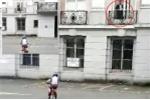 Sự thật về 'bóng ma' bên cửa sổ chăm chú nhìn cậu bé đi xe đạp gây xôn xao