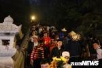 Du khách ùn ùn đổ về chùa Hương từ mờ sáng trong ngày khai hội