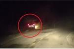 Clip: Ô tô Ford Everest lao xuống vực sâu giữa trời tối ở Bình Thuận