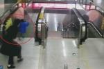 Clip: Cô gái cứu mạng em bé trước thang cuốn 'tử thần' trong tích tắc