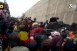 Clip: Lật xe tải chở 9 tấn táo, dân Trung Quốc mang bao tải, xô đi 'hôi của'