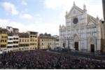 Xúc động hình ảnh sao bóng đá cùng hàng ngàn người hâm mộ đưa tang hậu vệ Italia