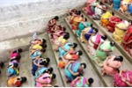 Choáng với cảnh hàng trăm phụ nữ quỳ gối ăn cơm trộn cát