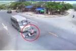 Clip: Qua đường không quan sát, người đi xe máy bị ô tô tông văng
