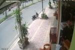 Clip: Xe máy không người lái, đâm thẳng vào nhà dân