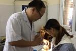 Bé 15 tháng tuổi loét giác mạc vì bà nhỏ nước chanh vào mắt để chữa ghèn trắng