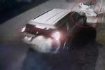 Clip: Ô tô tông ngã xe máy chở cả gia đình, bị dân chặn đầu vẫn rồ ga bỏ chạy