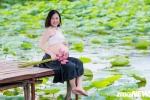 Ảnh: Vác bụng bầu 34 tuần đi chụp ảnh với hoa sen, mẹ trẻ được khen tấm tắc vì quá xinh