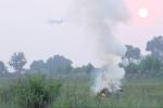 Cận cảnh dân đốt rơm rạ, khói cuồn cuộn uy hiếp máy bay lên xuống ở sân bay Nội Bài