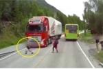 Rùng mình clip bé trai đột ngột băng qua đường, suýt chết trước đầu xe tải