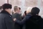 Video: Tử tù rơi nước mắt khi con gái ôm tạm biệt mà không biết cha sắp bị xử tử