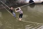 Clip 2 thanh niên vắt vẻo bám dây thừng qua sông khiến dân mạng cười té ghế