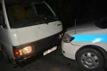 Xe khách chở gỗ lậu tông vào đầu xe CSGT