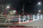 Clip: Cố né cảnh sát, thanh niên đầu trần đi xe máy nằm vắt vẻo trên dải phân cách