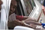 Tài xế dàn hàng trả tiền lẻ qua trạm BOT Biên Hòa, nhân viên thu phí hốt hoảng gọi đồng nghiệp