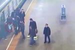 Bé 3 tuổi rơi xuống khe đường ray ngay trước khi tàu chạy