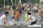 Ngập lụt lịch sử ở Hà Nội, dân đổ xô ra tỉnh lộ bơi giải nhiệt