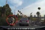 Vừa đi xe máy vừa nhắn tin, quệt vào ô tô suýt gây họa