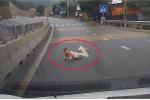 Video: Rụng rời chân tay nhìn cảnh em bé tự bò qua quốc lộ 18 trước đầu xe ô tô