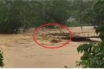 Clip: Lũ dâng cao gần chục mét, nuốt chửng cầu treo ở Yên Bái