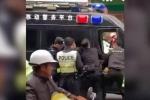 Clip: Cảnh sát Trung Quốc hạ gục kẻ cướp xe buýt tông chết 8 người