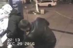 Tên móc túi phát hiện có camera an ninh bèn vứt lại ví, trả người mất