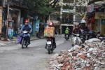 Dẹp 'cướp' vỉa hè: Hàng tấn phế thải xây dựng 'giăng bẫy' người đi đường
