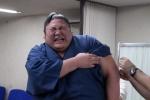 Võ sĩ sumo nhăn nhó, òa khóc khi đi tiêm