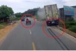Clip: Container phanh cháy lốp tránh xe máy kéo hàng cồng kềnh