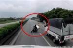 Clip: Tài xế container phanh cháy đường tránh người đi xe máy bỏ chạy CSGT