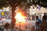 Video: CĐV Pháp ăn mừng quá đà, đốt phá xe cộ, nhà cửa