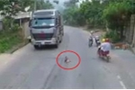 Clip: Hoảng hồn bé trai ra giữa đường ngồi, hai xe tải phải phanh gấp