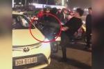 Va chạm giao thông, tài xế Mercedes đá bay gương taxi