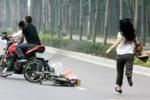 Người phụ nữ bị nhóm côn đồ chặn đánh tới tấp, cướp xe ở TP.HCM