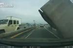 Video: Thoát chết trong gang tấc khi xe tải khổng lồ đổ sập trên cao tốc