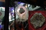 Hàng loạt xe khách bị 'đá tặc' tấn công trên quốc lộ