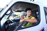 Hết dùng tiền lẻ, tài xế lại đưa tờ 500.000 đồng trả phí qua trạm BOT Cai Lậy