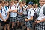 Nắng nóng, nam sinh Anh rủ nhau mặc váy đi học