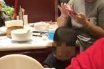 Bà mẹ Trung Quốc để con tè vào bát nhà hàng, lý luận 'đằng nào họ chẳng rửa'